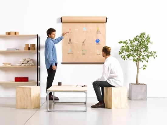 Idea della decorazione della parete – installi un supporto di carta del rotolo per creare un posto di divertimento per redigere le liste o schizzare le idee
