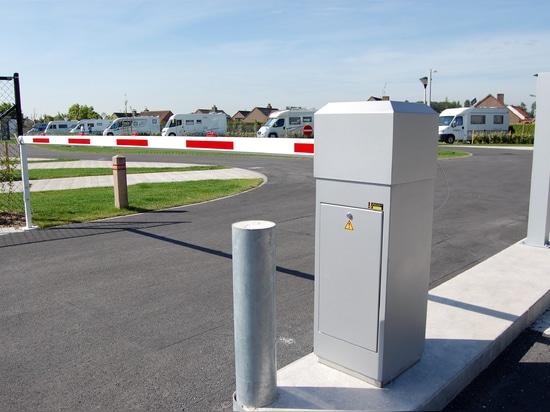 Controllo di accesso facendo uso delle barriere e dei lettori di schede automatici per i campeggi ed i siti della casa mobile.
