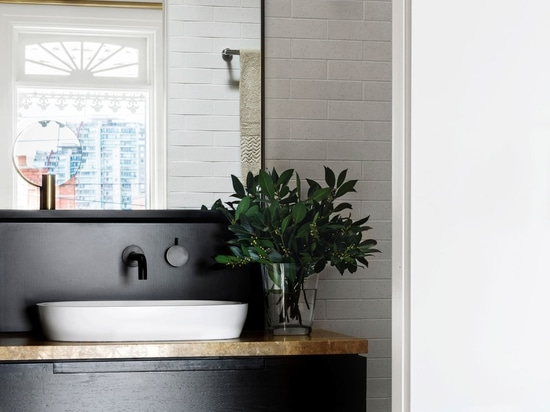 D'oro ha tinto la semplicità scandinava per un appartamento di Melbourne da Fiona Lynch