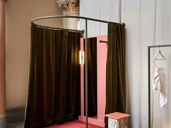 Rosa per la preghiera: Deposito di Melbourne di House Design del monaco nuovo dallo studio di Flack