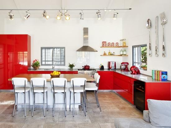 Un gabinetto del vino vampata-misura nella cucina?