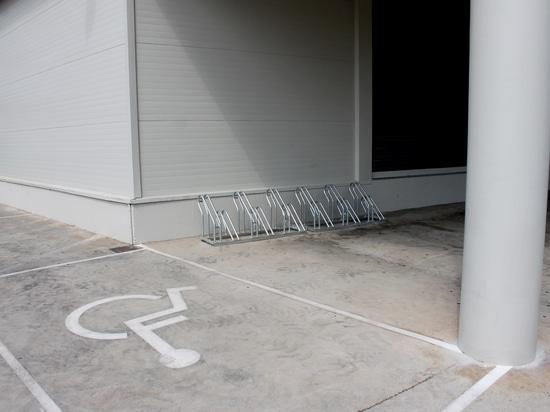 Bicicletta Nike Factory Store di parcheggio