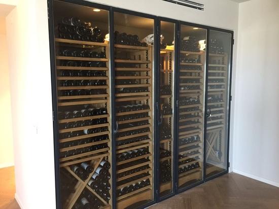 Una parete dedicata a stoccaggio del vino in una casa privata