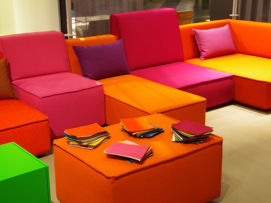 Sofà del cubito in arancio ed in rosa