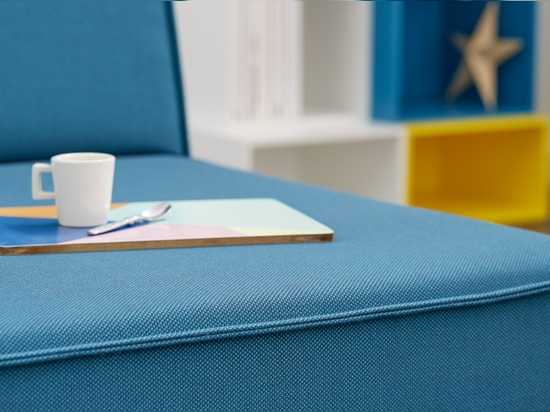 Sofà con la copertura blu del sofà
