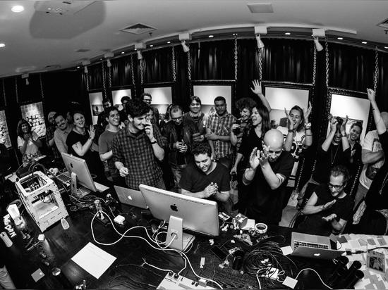 FLAGCX (tutta la gente insieme). Foto da Victor Nomoto, odio istantaneo