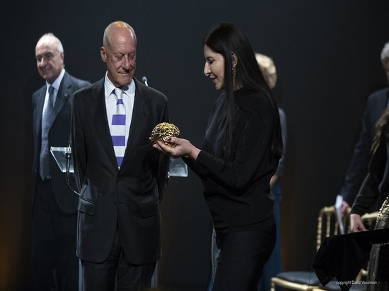 Il premio di Scopus per Norman Foster, progettato dall'artista Marina Ambramovic di prestazione