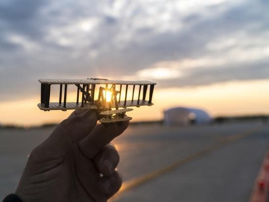 Dayton, Ohio, U.S.A., il 21 maggio 2016: Il Solar Impulse ha atterrato con successo a Dayton, Ohio con André Borschberg ai comandi. Partito da Abu Dhabi il 9 marzo 2015, il volo solare intorno al m...