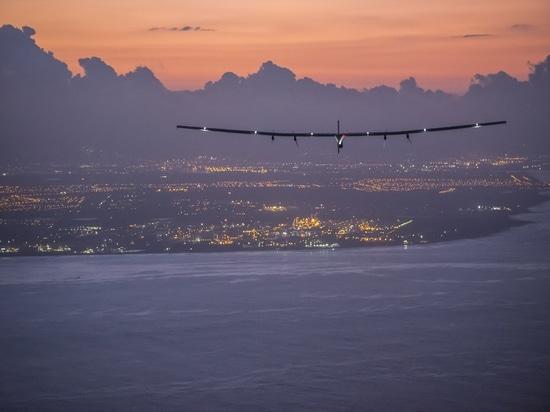 Le Hawai, Stati Uniti d'America, il 28 giugno 2015: Impusle solare 2 terre in Hawai con André Borschberg ai comandi.