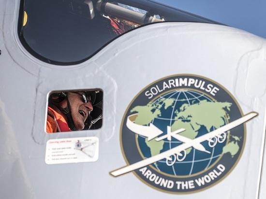 Il Cairo, Egitto, il 13 luglio 2016: Il Solar Impulse ha atterrato con successo a Il Cairo dopo i 2 giorni del volo con André Borschberg ai comandi.