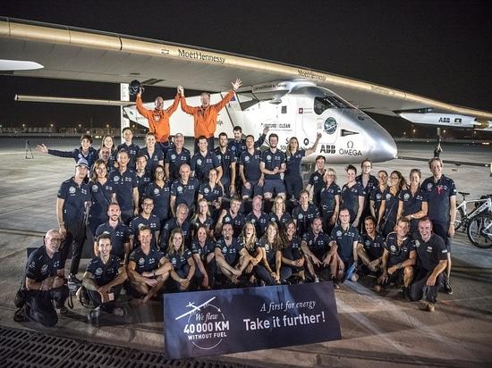 Abu Dhabi, UAE, il 26 luglio 2016: Il Solar Impulse ha atterrato con successo in Abu Dhabi con Bertrand Piccard ai comandi,