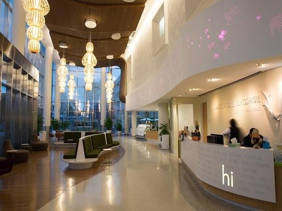 L'ospedale del Randall Children a Portland, Oregon, caratterizza parecchie luci del pendente del totem progettate da Burkhard Dämmer e da Mariví Calvo per le lampade di LZF. © Luziferlamps S.L. del...