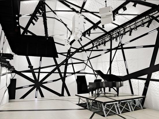 I drappi in bianco e nero «massicci» del velluto circondano la sede della musica di Brooklyn, segatura nazionale, creante «una busta acustica».