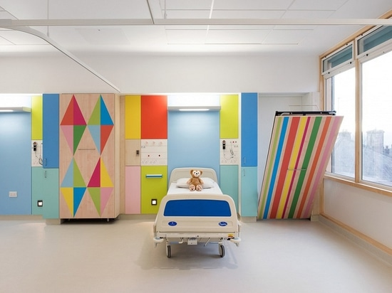 Riflettore di interior design: Morag Myerscough illumina i reparti dell'ospedale di Sheffield Children