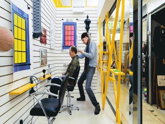 Riflettore di interior design: Sam Jacob progetta il salone di capelli di Peckham in cui i clienti esaminano il materiale illustrativo invece di se stessi