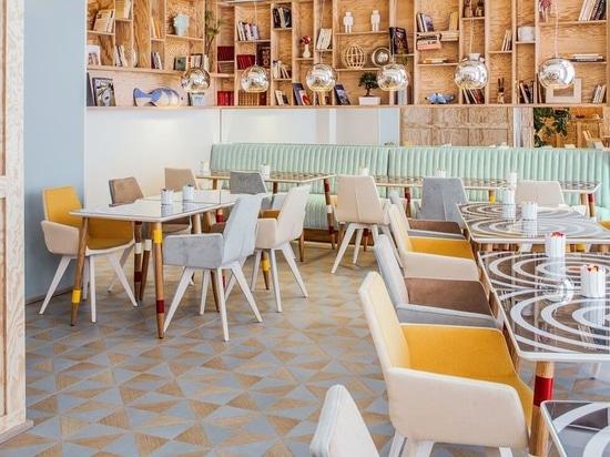 Riflettore di interior design: Colori luminosi nell'area pranzante allo scherzo Astotel dell'hotel per aprire l'appetito.