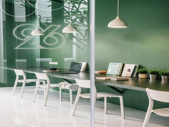 Riflettore di interior design: Sensibilità rilassata all'area di lavoro ed all'ingresso per una società di produzione della TV a Bangkok da Anonymstudio