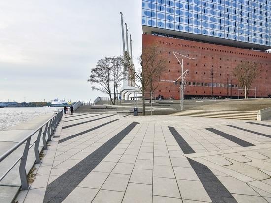 Il Elbphilharmonie è il nuovo punto di riferimento di Amburgo ed include un albergo di lusso e gli appartamenti di premio sotto un'onda di vetro gigantesca. © Klostermann