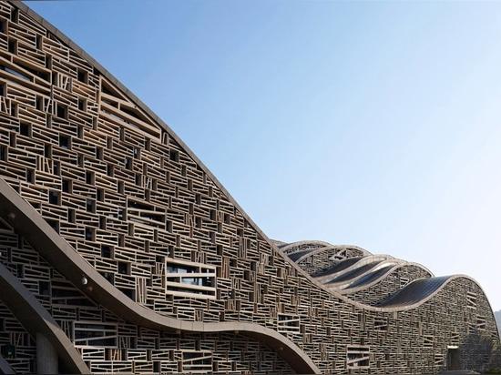 Questo corridoio scultoreo in porcellana imita la topografia ed il movimento