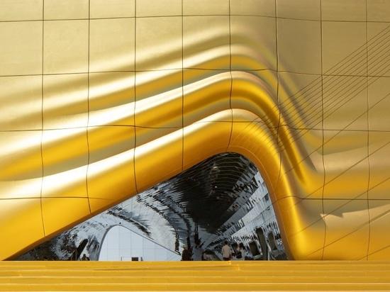 Complesso di svago dei clads di MVRDV con le facciate e le impronte dorate delle strutture circostanti