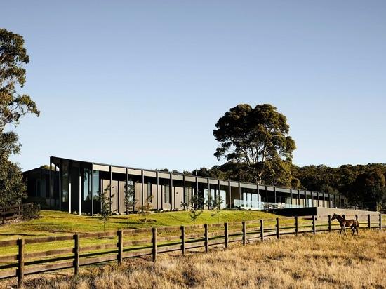 Coperture di raccordo di legno annerite questa Camera moderna dell'azienda agricola in Australia rurale