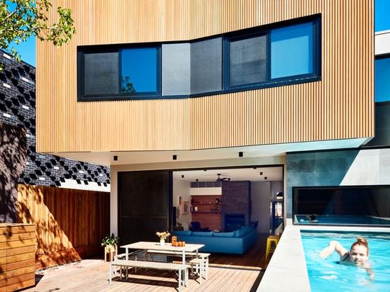 Un'aggiunta posteriore e una piscina al suolo di cui sopra si sono aggiunte a questa Camera a Melbourne
