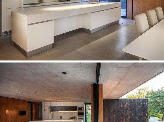 Il pavimento inferiore di questa Camera di legno e del calcestruzzo è quasi completamente aperto all'esterno
