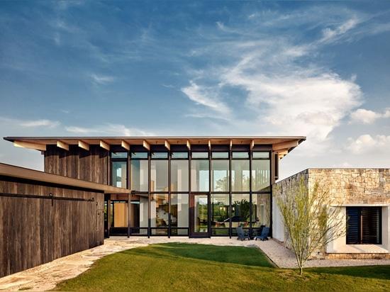 Questa nuova casa usa i materiali che complementano il paesaggio
