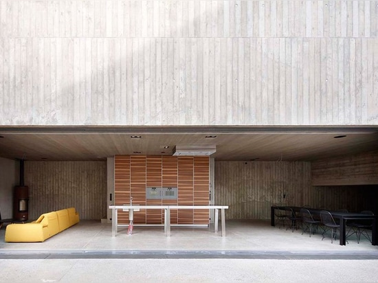 la casa unifamiliare da ora al 2001 sporge come un monolito concreto dalla terra