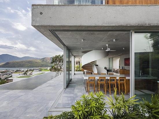 La villa degli architetti di MM++ nel Vietnam usa la loggia di vetro ritrattabile per la vista di oceano unica