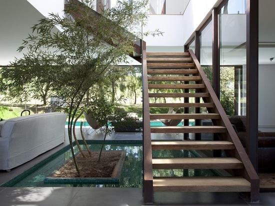 casa di campagna brasiliana contemporanea integrata nella natura, dal roig del deborah