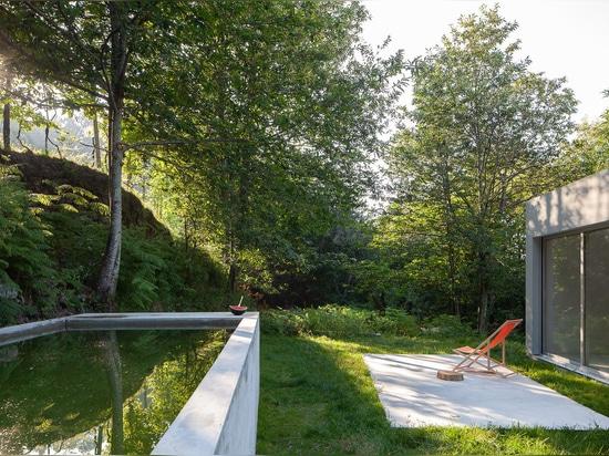 La Camera geometrica del Forja di Pablo Pita si accoccola fra gli alberi in valle portoghese