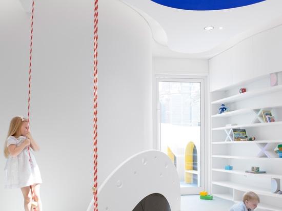 La scuola materna del ruggito del futuro è uno spazio d'apprendimento alta tecnologia per i bambini nel Dubai
