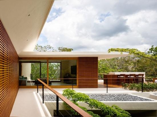 Sordo Madaleno organizza la casa fronte mare Cozumel intorno del al cortile ripieno di pianta