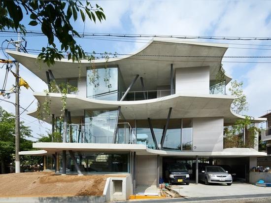 """il hata di tomohiro costruisce """"la casa a terra"""" in risposta alla densità di Osaka"""