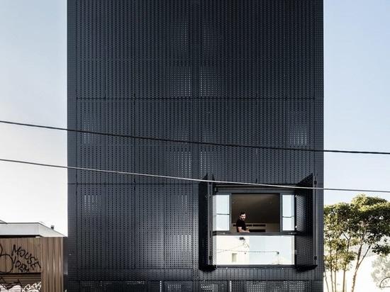 DKO + la LASTRA aggiungono la facciata nera dello schermo del metallo alle abitazioni verticali in Australia