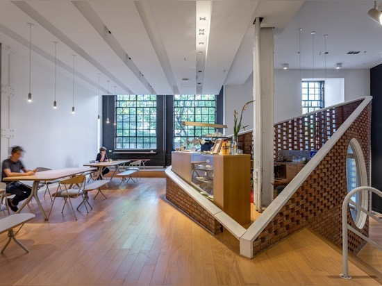 la scala scultorea collega il museo di arte moderna MSGSSS-rinnovato a Buenos Aires