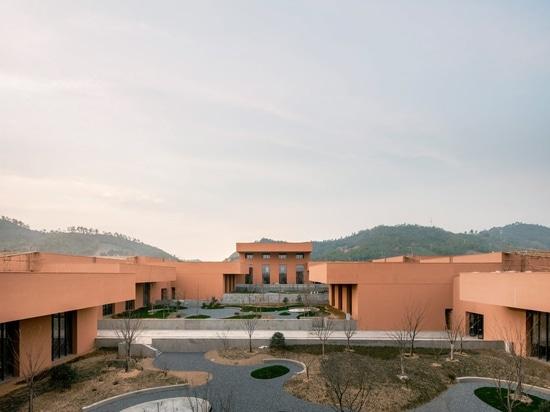 David Chipperfield incastona il museo rosso della naturale-storia in terra pendente