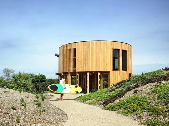 la casa di spiaggia circolare dei maynard di Austin si isola fra le dune costiere dell'Australia