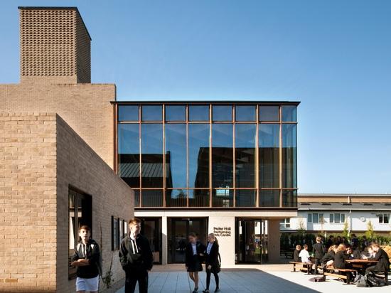 Progettazioni Peter Hall Performing Arts Centre di Haworth Tompkins con l'atrio di vetro