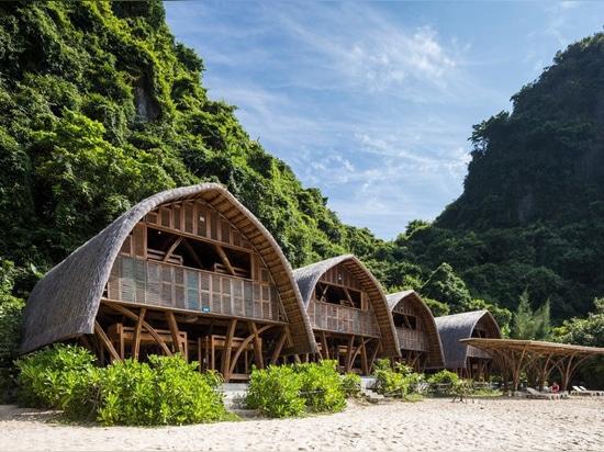 """La località di soggiorno di bambù dell'isola del naufrago"""" degli architetti di VTN """"occupa delicatamente una riva vietnamita dell'isola"""