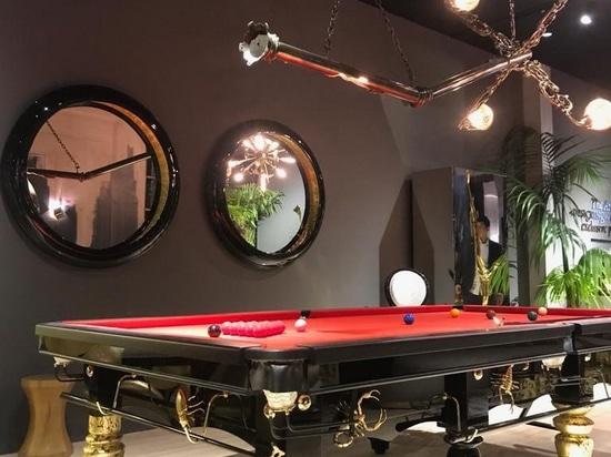 Metamorphosis Snooker Table e Lumière Suspension Lamp presso lo stand di Boca Do Lobo.
