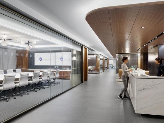 Il soffitto in noce crea una calda atmosfera per i visitatori della reception. Foto: Colin Miller