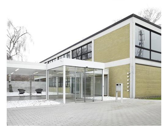 Un ingresso, aggiunto in seguito, all'edificio per uffici di Herbert Hirche per Wilkhahn.