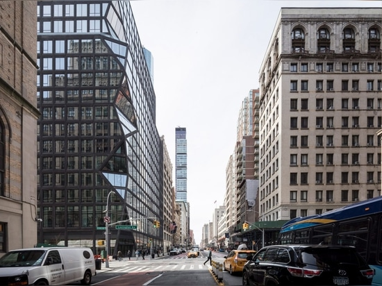 """OMA completa gli appartamenti neri di Manhattan con """"angolo prismatico"""""""