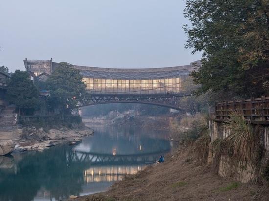 Il museo d'arte Jishou dell'Atelier FCJZ funge anche da ponte pedonale