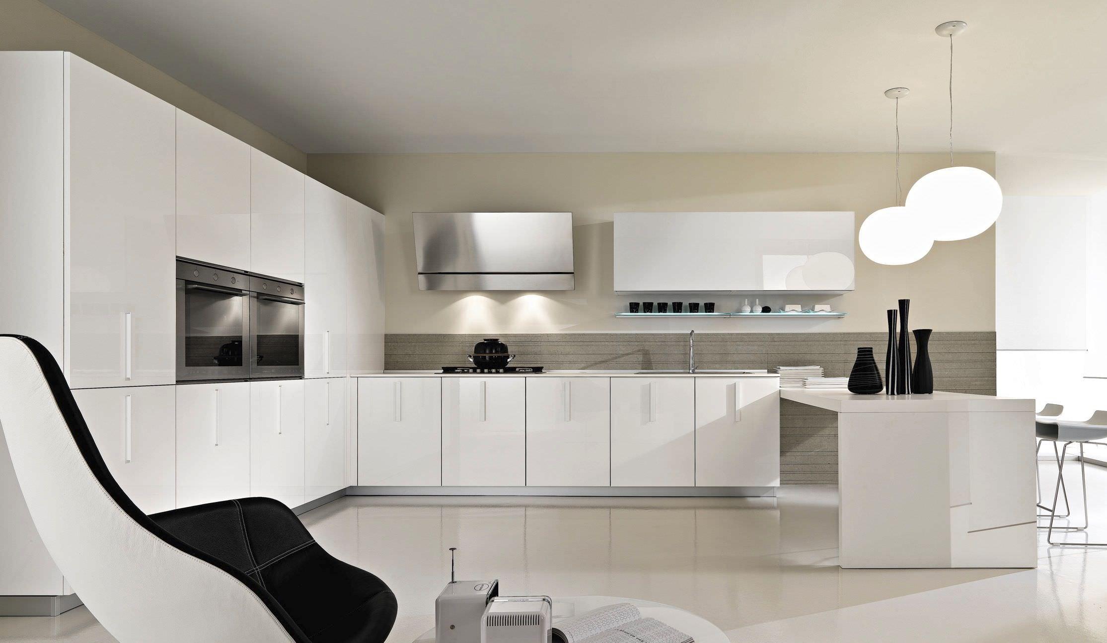 Cucina moderna / in vetro / laccata / con impugnature ...