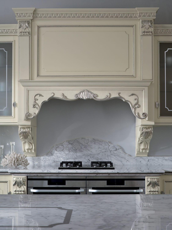 Cucina in stile / in legno laccato / con isola / con ...