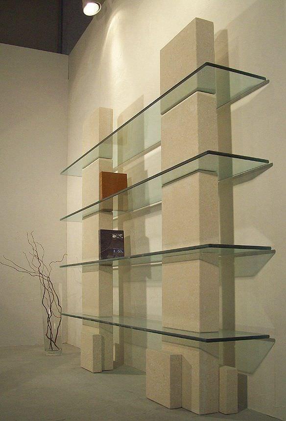 Libreria con struttura in pietra e ripiani in vetro | IDFdesign