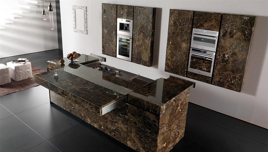 Cucina moderna / in marmo / con isola / senza maniglie ...